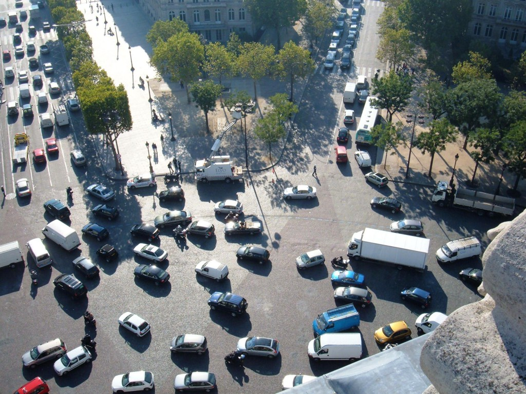 Die Verkehrswende Fulda (Beispielbild: http://upload.wikimedia.org/wikipedia/commons/3/3d/Traffic_seen_from_top_of_Arc_de_Triomphe.JPG)