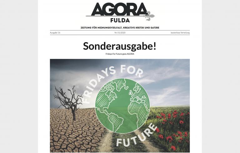 Auf dem Foto sieht man die Titelseite der 16. Ausgabe der AGORA. Darauf abgebildet ist eine Bildcollage mit dem Logo von Fridays for Future (mittig), links eine Wüste, rechts eine Blumenwiese, getrennt in der Mitte von einem Feldweg.